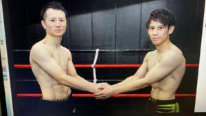 軽量を終え対戦相手と握手する羽田翔太(右)選手。